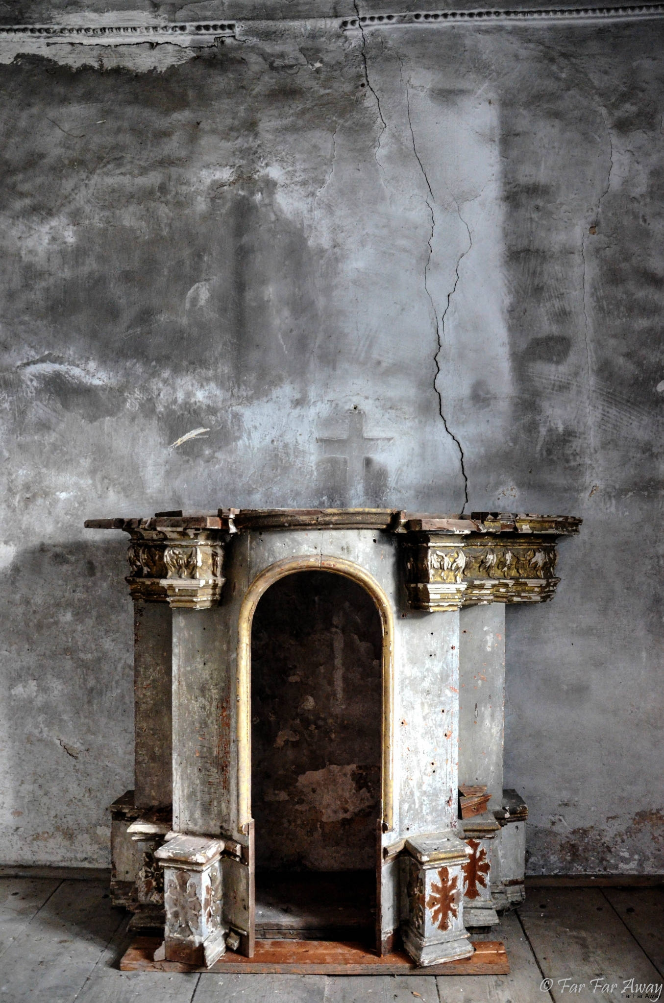 Altar-mit-Abruck-von-Kreuz