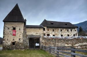 Vorderansicht von Schloss Hanfelden mit Tor