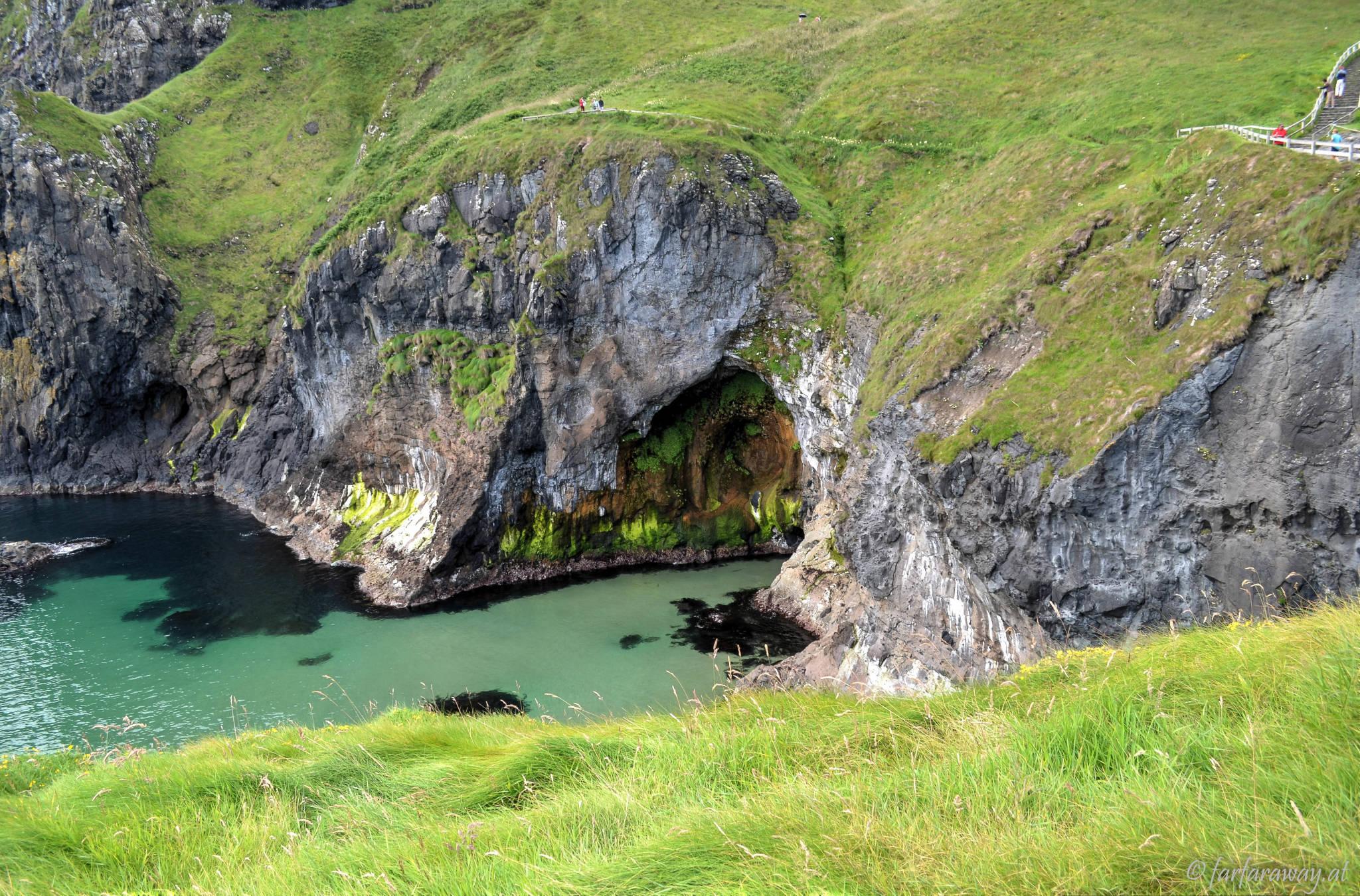 Höhle an der Küste von Carrick-a-Rede
