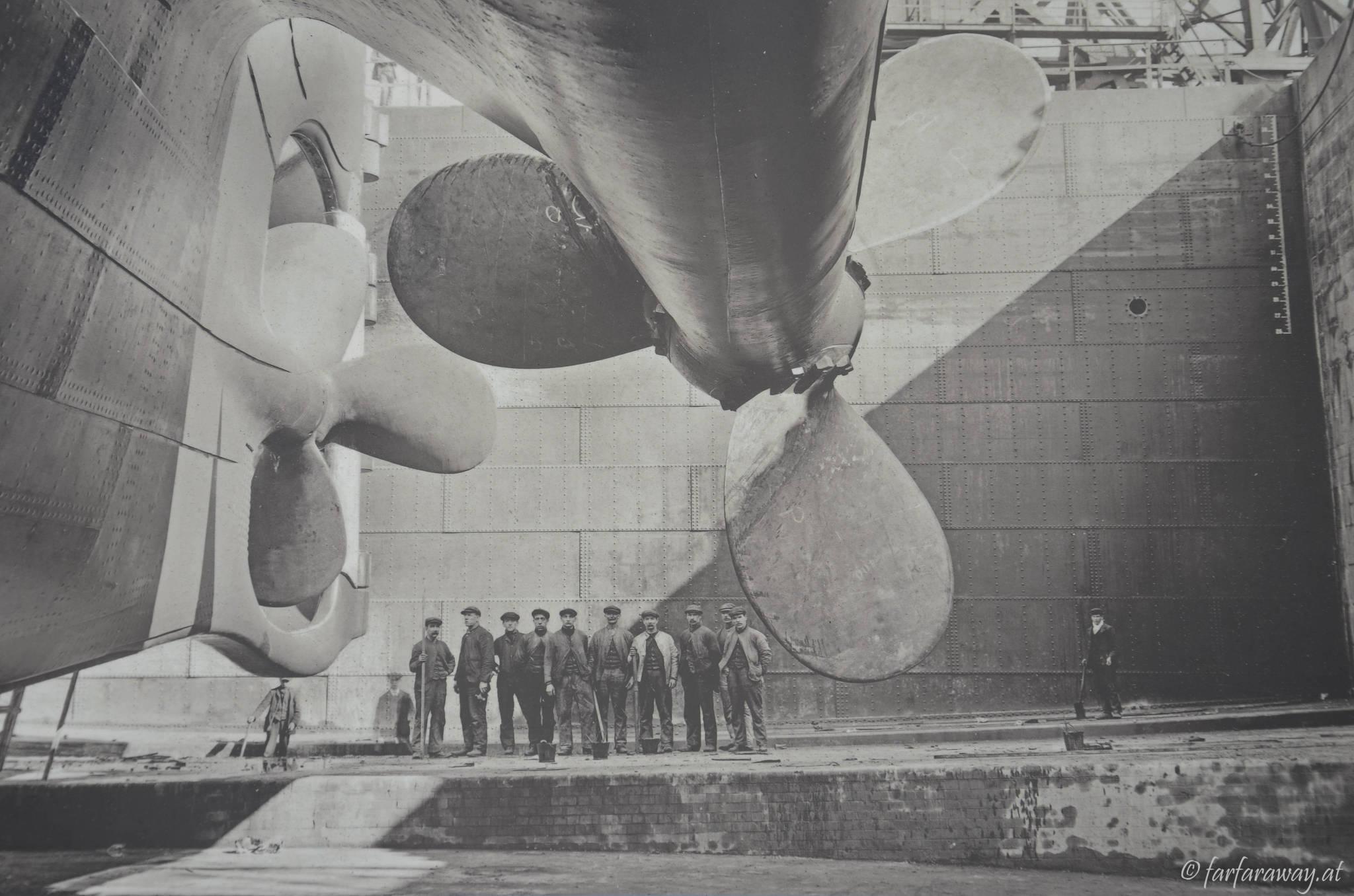 Info am Titanic Dock, Arbeiter an der Schiffsschraube der Titanic